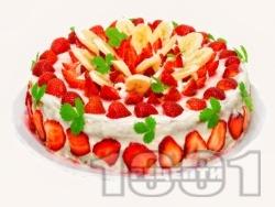 Празнична плодова торта с блат от готови меденки, желиран крем от заквасена и сладкарска сметана, меденки,  плодове (ягоди, банани) и бял шоколад - снимка на рецептата